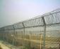 供应机场刺网护栏、监狱刺网护栏、直刺式刺网隔离带、梅花刺片隔离网、刀片刺绳隔离网